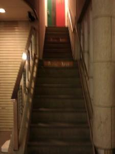 セラーアカオへの階段